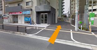 クリニックの裏側に駐車場がございます